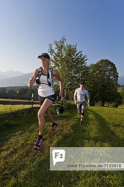 Frau  Mann  Sport  gehen  folgen  Gesundheit  rennen  Wiese  joggen  Ramsau bei Berchtesgaden  Österreich