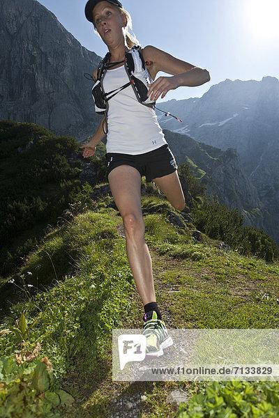 Frau  Berg  Sport  gehen  folgen  Gesundheit  rennen  Wiese  joggen  Ramsau bei Berchtesgaden  Österreich