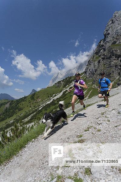 Frau  Berg  Mann  Sport  gehen  folgen  Gesundheit  rennen  joggen  steil  Ramsau bei Berchtesgaden  Österreich
