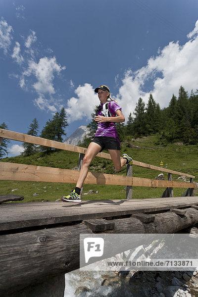 Frau  Berg  Sport  gehen  folgen  Gesundheit  rennen  Brücke  Bach  Ramsau bei Berchtesgaden  Österreich Frau ,Berg ,Sport ,gehen ,folgen ,Gesundheit ,rennen ,Brücke ,Bach ,Ramsau bei Berchtesgaden ,Österreich