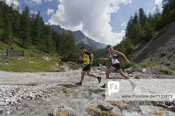 Frau  Berg  Mann  Sport  gehen  folgen  Gesundheit  rennen  Hund  Bach  Ramsau bei Berchtesgaden  Österreich