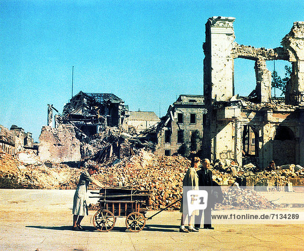 Berlin  Hauptstadt  Frau  Mann  Gebäude  Ruine  Krieg  Vernichtung  Rückkehr  Deutschland