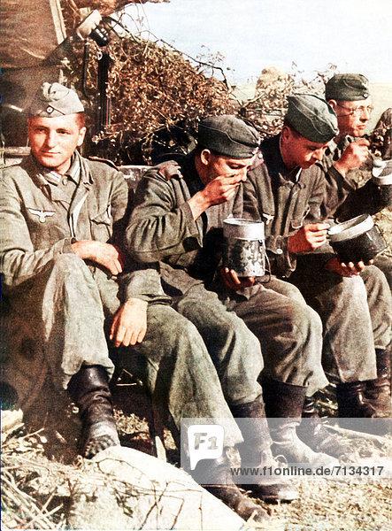 Soldat  Ehemalige Sowjetunion  Russland  Heer  Mittagessen