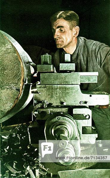 Industrie  arbeiten  Produktion  Waffe  Krieg  deutsch  Deutschland  Metall