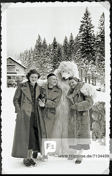 Eisbär  Ursus maritimus  Frau  Ehefrau  Kleidung  Bayerische Alpen  Berchtesgaden  Deutschland