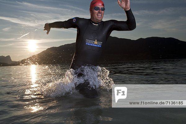Europa  Mann  Sport  Badebekleidung  See  schwimmen  Extremsport  Österreich  Triathlon