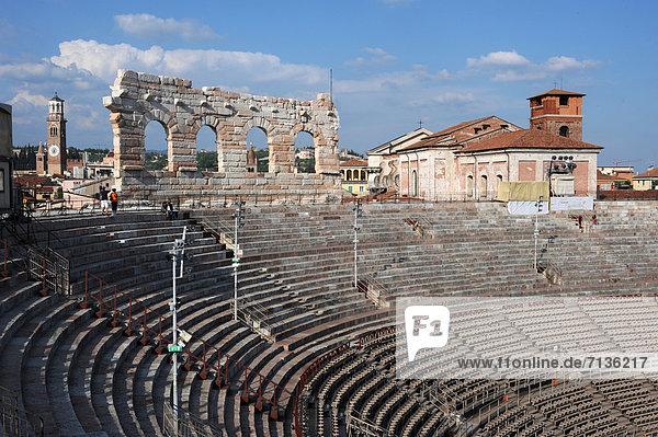 Europa  sitzend  Sitzmöbel  Kultur  Stadion  UNESCO-Welterbe  Amphitheater  Venetien  Italien  römisch  Verona