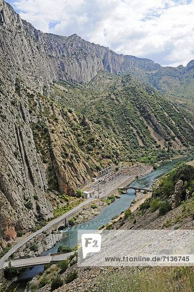 Elektrizitätswerk  Fluss Noguera Ribagorzana  Dorf Sopeira  Pyrenäen  Aragon  Aragonien  Spanien  ÖffentlicherGrund