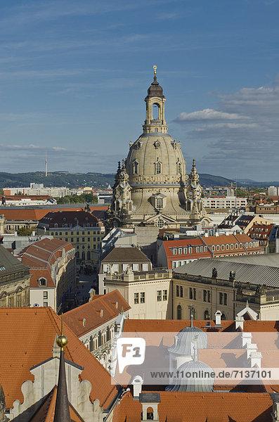 Blick über die Dächer der Altstadt von Dresden mit Frauenkirche  vom Hausmannsturm  Dresden  Sachsen  Deutschland  Europa