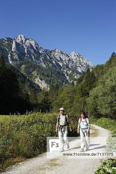Wanderndes Paar  Sengsengebirge im Nationalpark Kalkalpen  Region Pyhrn-Eisenwurzen  Traunviertel  Oberösterreich  Österreich