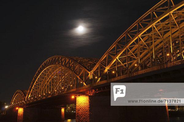 Hohenzollernbrücke bei Nacht  Rhein  Köln  Rheinland  Nordrhein-Westfalen  Deutschland  Europa  ÖffentlicherGrund