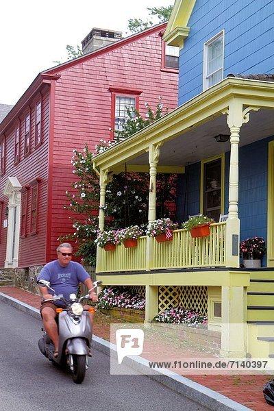 Mann Blume Wohnhaus Tür blau rot Mofa Roller Haustür amerikanisch Rhode Island