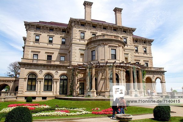 Frau  Mann  Außenaufnahme  Museum  Rhode Island