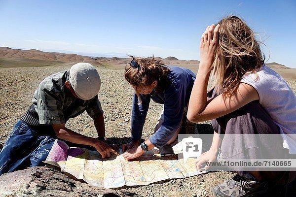 Mann  sehen  Reise  Wüste  Landkarte  Karte  2  Mädchen  Mongolei