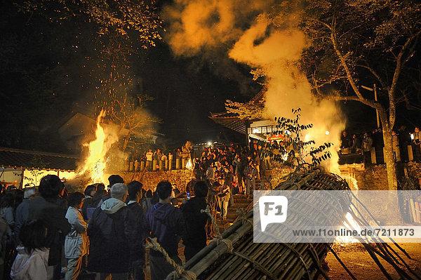 12 Meter große Bambusfackeln werden am Shinto-Schrein beim Herbst-Matsuri  religiöses Volkfest  entzündet  Iwakura bei Kyoto  Japan  Asien