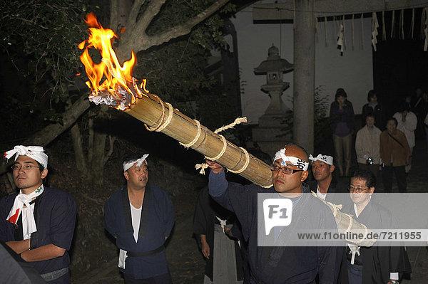 Für ein Feuer-Matsuri im Herbst werden Fackel in dem jeweiligen Stadtbezirk angezündet und durch die Straßen zum Shinto-Schrein getragen  Iwakura bei Kyoto  Japan  Asien