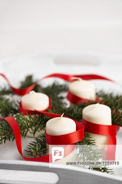 Festlicher Adventskranz mit weißen Kerzen
