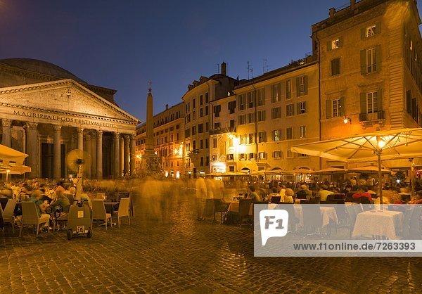 nahe  Außenaufnahme  Rom  Hauptstadt  Europa  Mensch  Menschen  am Tisch essen  Restaurant  Pantheon  Latium  Italien
