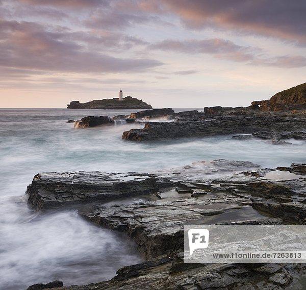 Europa  Felsen  Großbritannien  Küste  Leuchtturm  zeigen  Cornwall  England