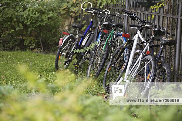 angelehnt  Zaun  Fahrrad  Rad
