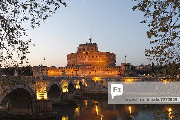 Engelsbrücke und Engelsburg im Abendlicht  Castel Sant'Angelo  Fluss Tiber  Tevere  Rom  Latium  Italien  Südeuropa  Europa