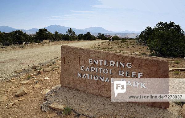 Burr Trail Road  Eingangsschild vor Capitol Reef Nationalpark  Utah  Südwesten  Vereinigte Staaten von Amerika  USA