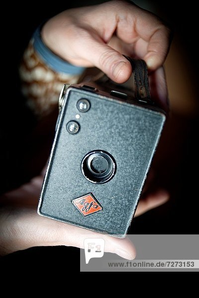 Manos mostrando camara antigua Agfa  Hands showing old Agfa camera