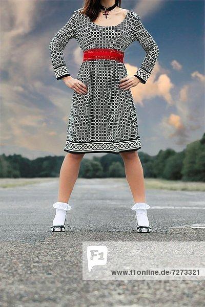 stehend  Frau  Straße  weiß  schwarz  Kleid
