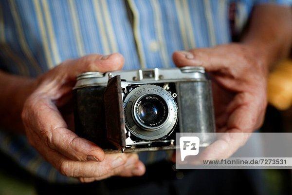 Manos mostrando camara antigua Voigtlander  Hands showing old Voigtlander camera