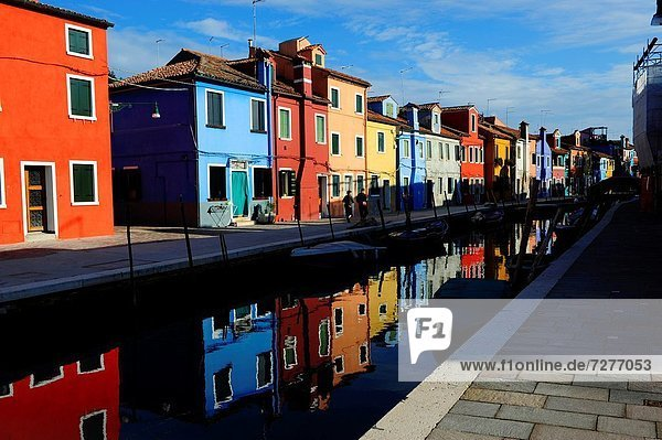 nahe Farbaufnahme Farbe nebeneinander neben Seite an Seite Europa Gebäude Ehrfurcht Insel Burano Italien