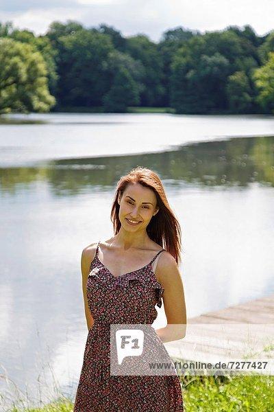 Frau  lächeln  See  Blick in die Kamera  jung  hübsch