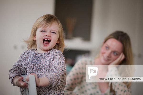Porträt der lächelnden Mutter und Tochter