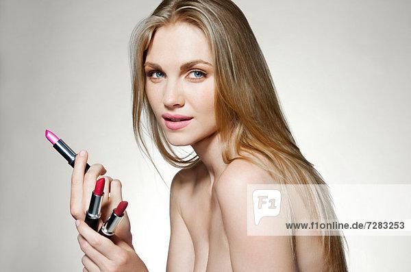 Frau mit Lippenstiften