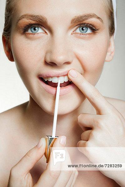 Frau mit Zahnaufhellungsbürste Mund