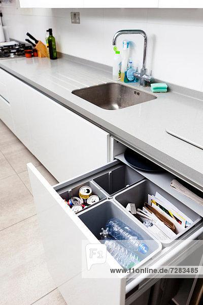 Offene Küchenschublade mit Recycling Offene Küchenschublade mit Recycling