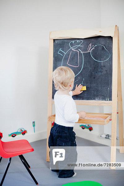 Jungenzeichnung auf Tafel