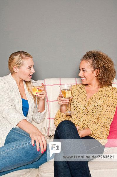 Freunde mit Weißwein
