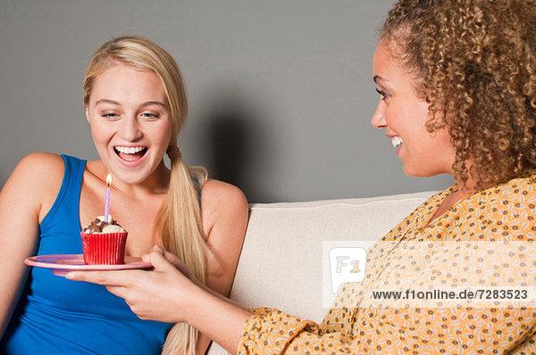 Frau schenkt Freundin Muffin