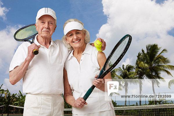Seniorenpaar bereit für Tennis