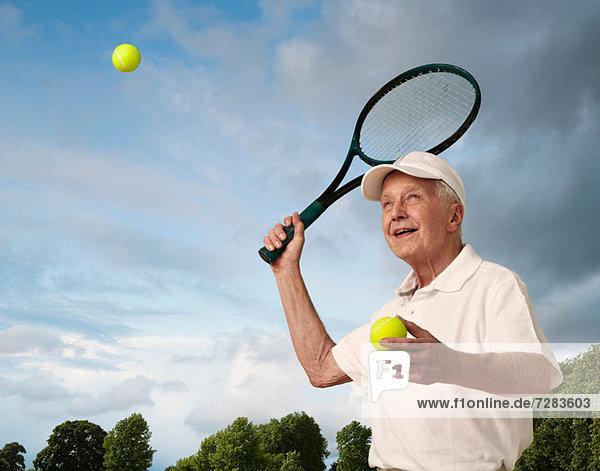 Älterer Mann beim Tennisspielen