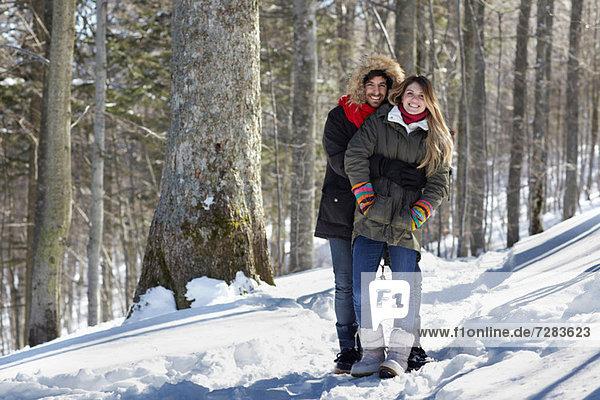 Porträt eines Paares  das sich umarmt und Winterkleidung trägt