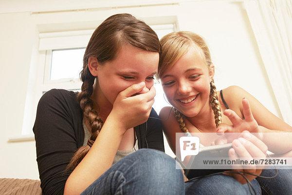 Zwei Mädchen mit Smartphone