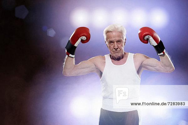 Älterer männlicher Boxer  sieht hart aus