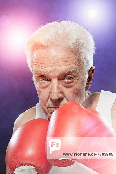 Senior Mann in Boxhandschuhen