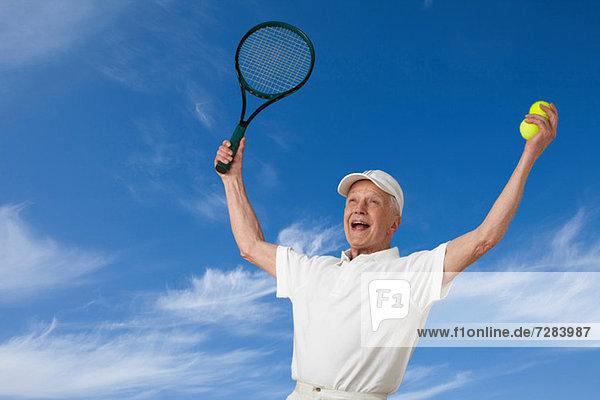 Senioren-Tennisspieler jubelnd