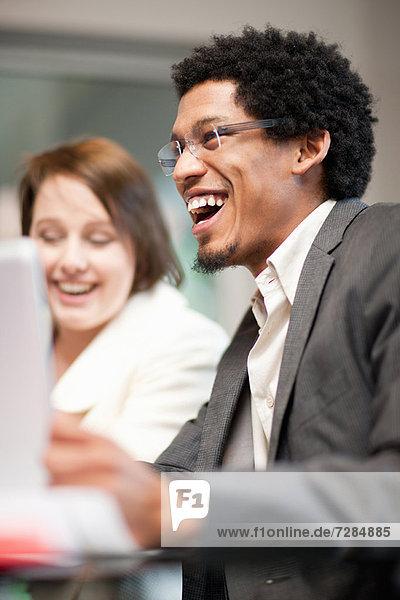 Geschäftsmann lacht in der Sitzung