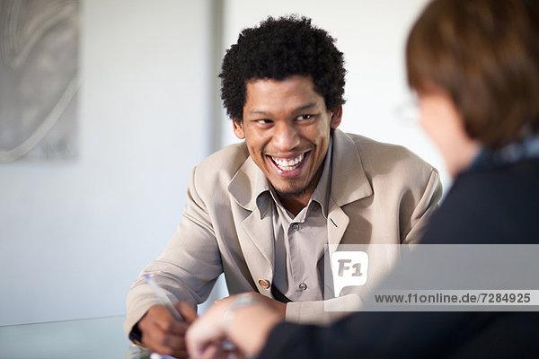 Geschäftsmann im Gespräch mit dem Kunden
