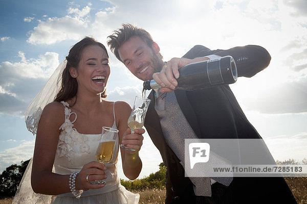 Neuvermähltes Paar bei Champagner