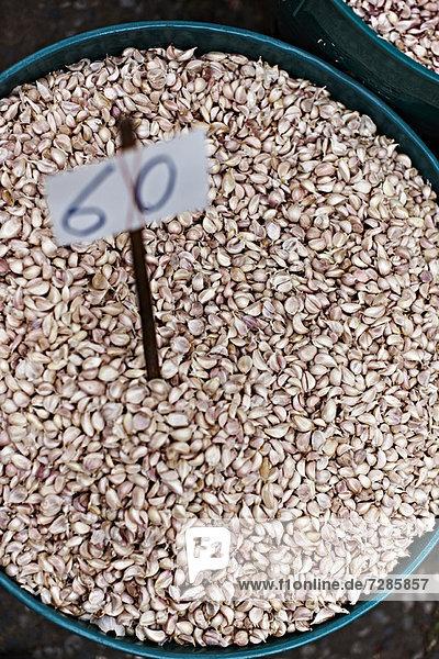 Behälter mit Knoblauchzehen auf dem Markt