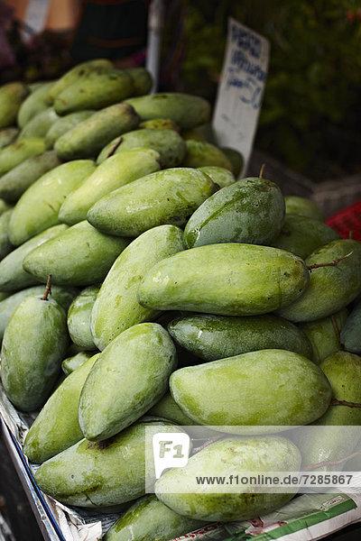 Grüne Mango zum Verkauf auf dem Markt